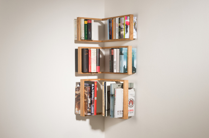 Полка надежно удерживает книги.