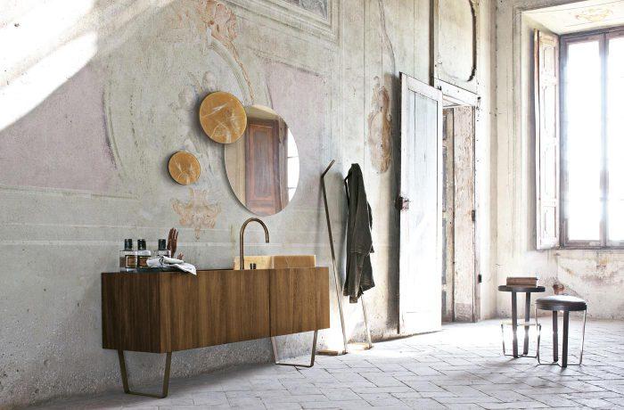 Полупустое пространство выглядит свежо, даже оно заполнено старой мебелью.