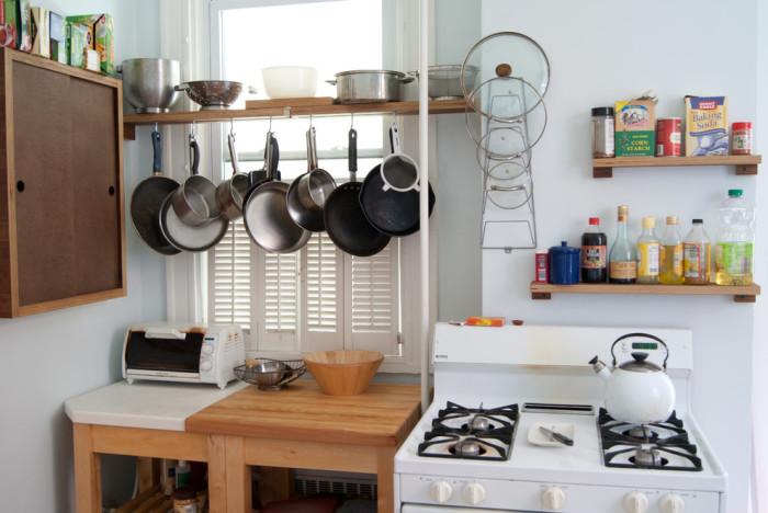 Хранение посуды на окне.