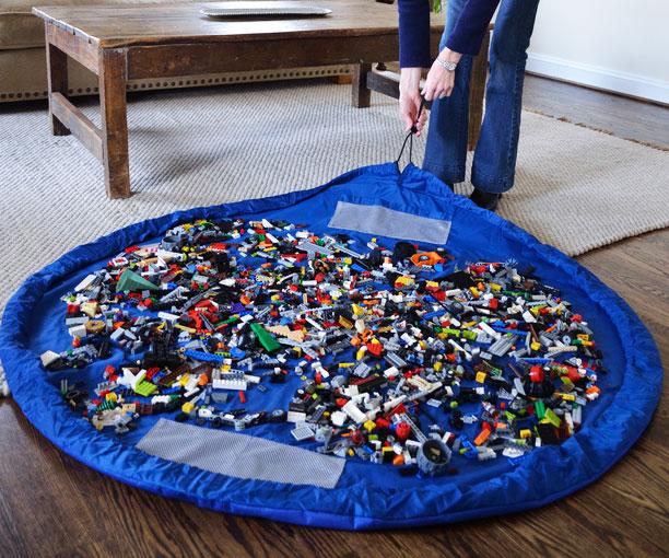 Мешок-коврик поможет навести порядок в детской.