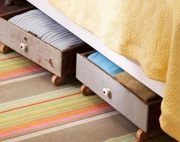 Использование места под кроватями для хранения.