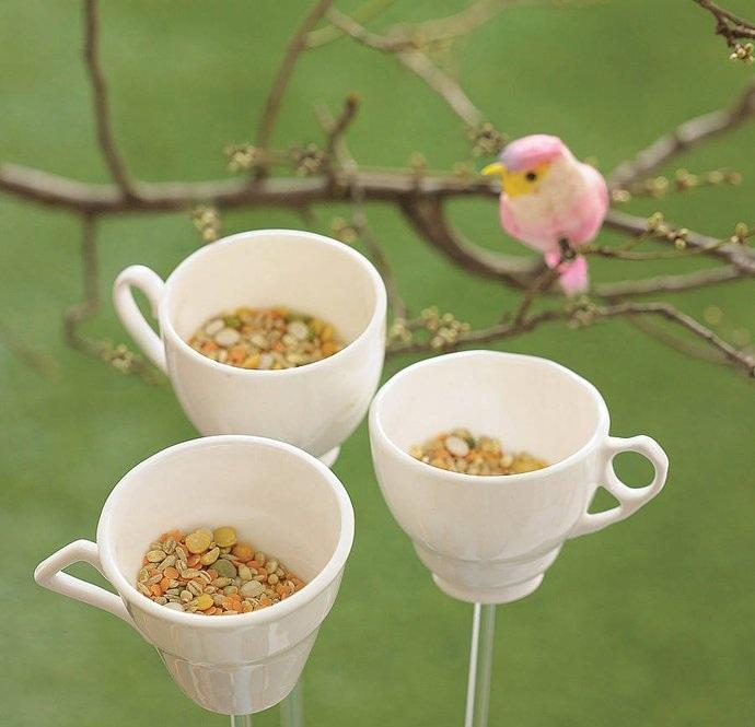 Декор из старой посуды: кормушка для птиц.