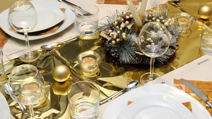 Золотистая или серебристая фольга отлично подходит для оформления новогоднего стола.