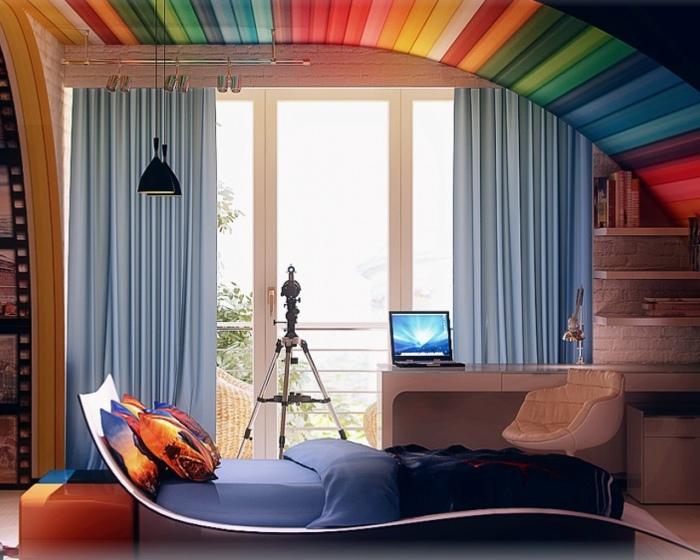 Разноцветный деревянный потолок.