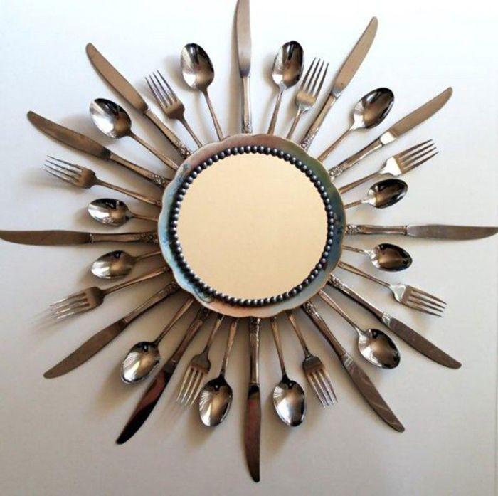 Рама для зеркала из старых столовых приборов.