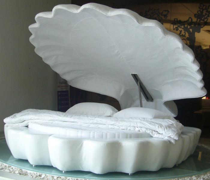 Кровать в виде ракушки.