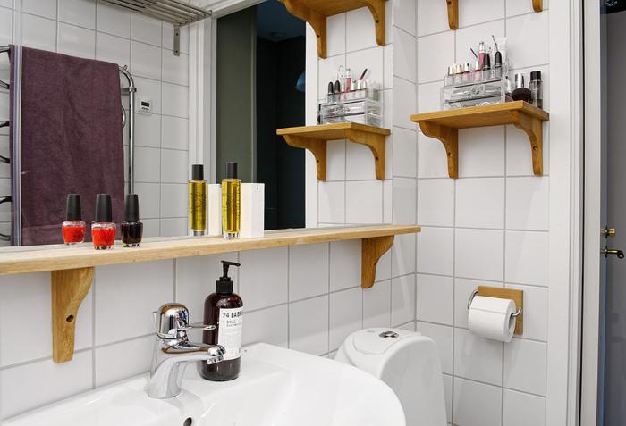 Открытые полки в интерьере ванной комнаты.