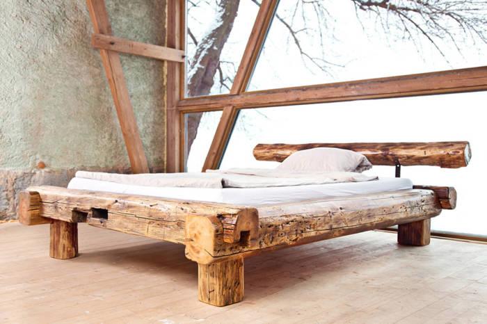 Кровать из массива древесины.
