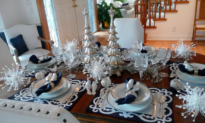 Стол в бело-серебряной гамме.