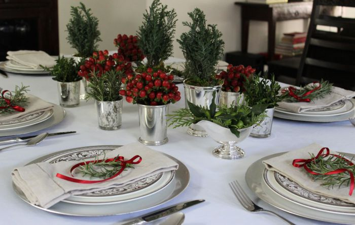 Зеленые ветки оживляют оформление новогоднего стола.