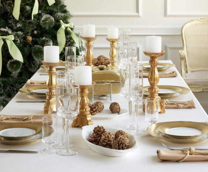 Новогоднее застолье в золотисто-коричневой гамме.