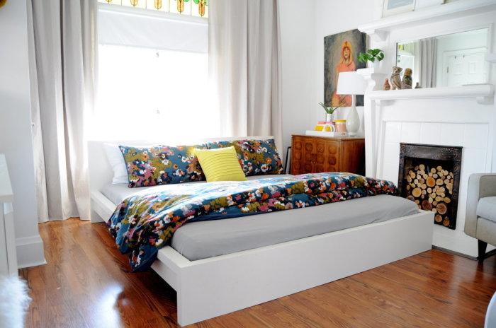 Белая спальня с яркими акцентами.