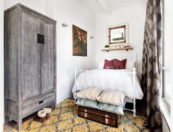 Винтаж в интерьере маленькой спальни.