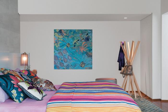 Яркие детали в нейтральном интерьере спальни.