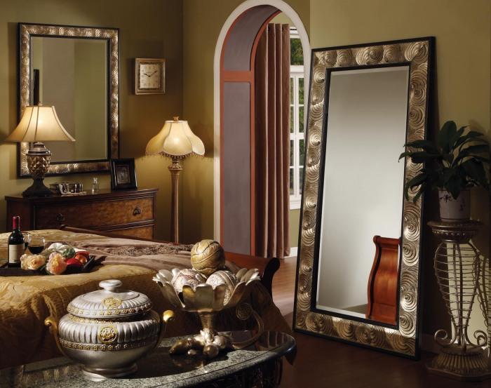 Зеркало еще и зрительно увеличит спальню.