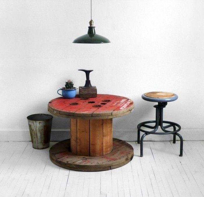Катушка для промышленного кабеля может стать столом.