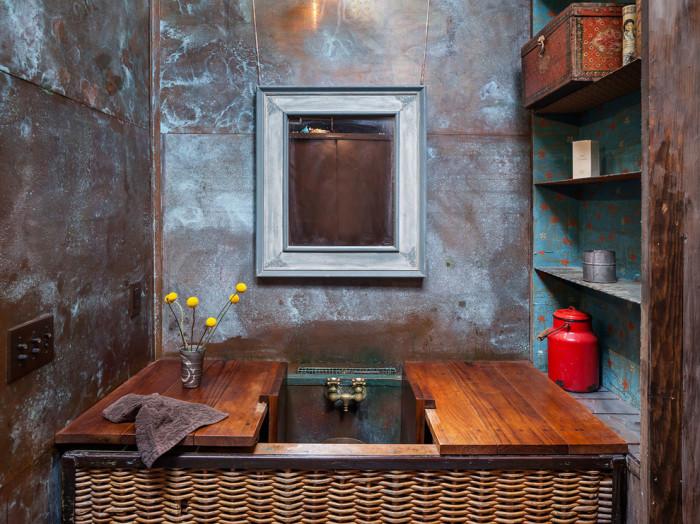 Лофтовые стены гармонируют со старой мебелью.