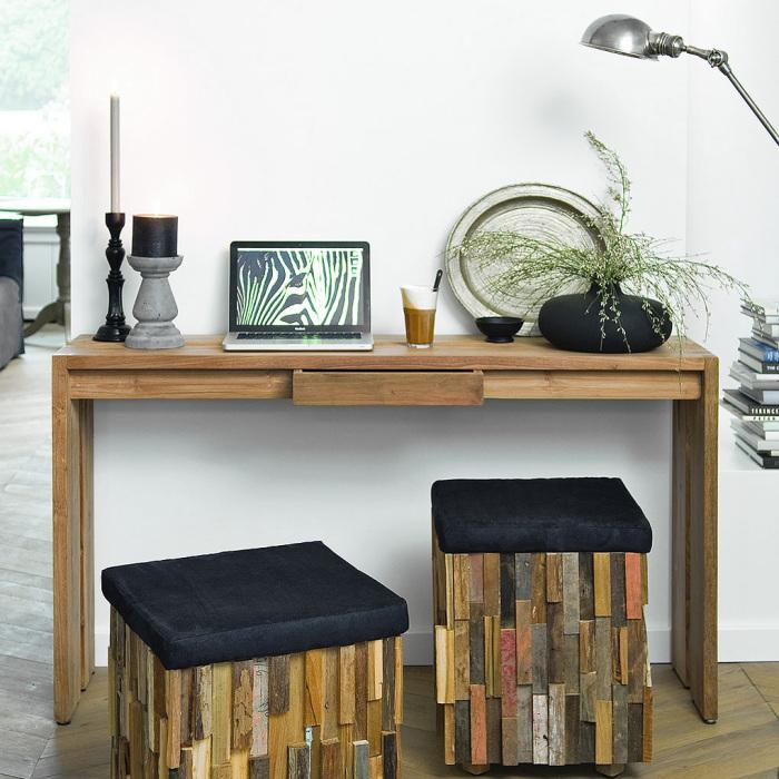 Консольный столик - отличное решение для небольших гостиных.