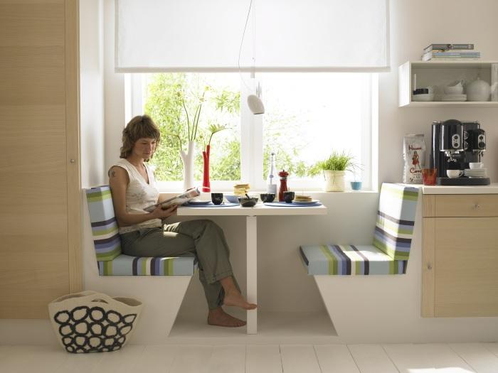 Стол с диванами у окна.