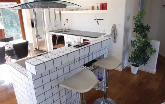 Барная стойка, облицованная керамической плиткой.