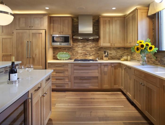 Полностью деревянная кухня тоже может быть стильной.