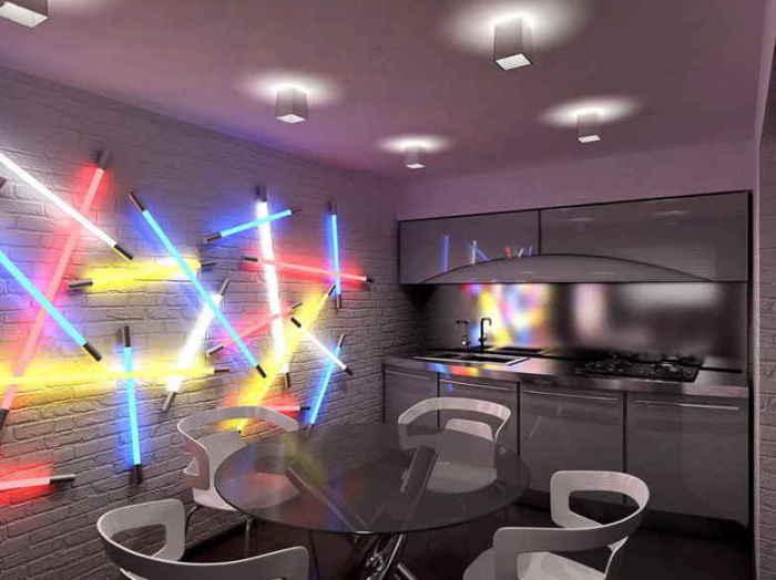 Разноцветные лампы преображают интерьер.