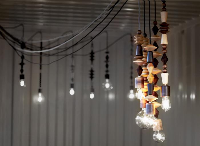 Множество одинаковых светильников на проводах.
