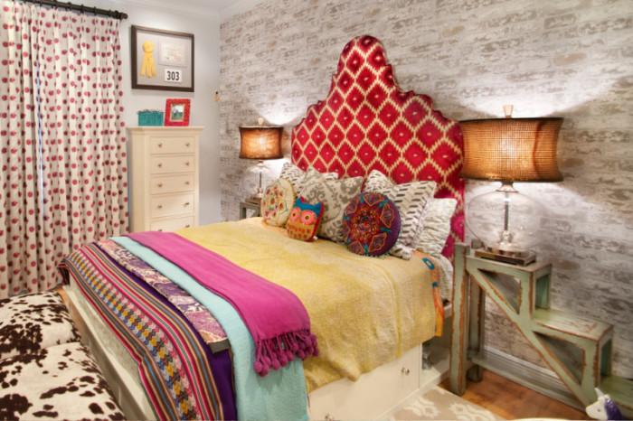 Изголовье кровати, обитое текстилем.