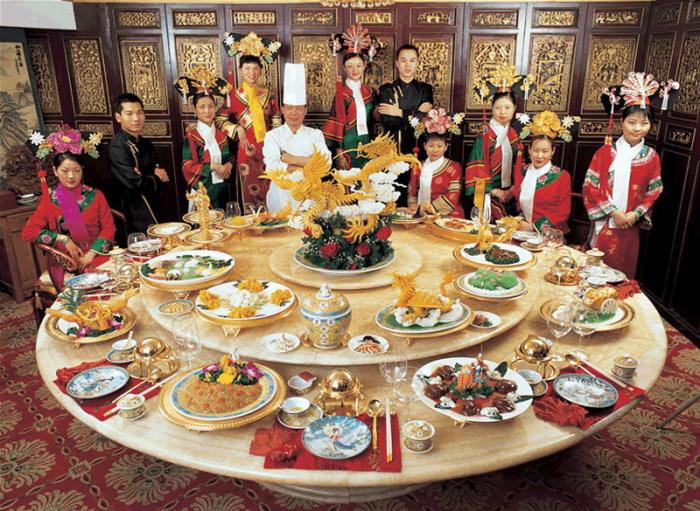 На новогоднем столе китайцев нет ножей.