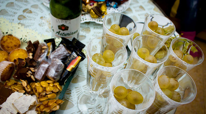 Испанцы не представляют себе встречу Нового года без поедания винограда.