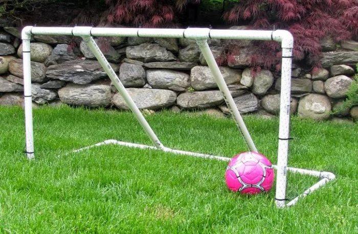 Футбольные ворота на пластиковой основе.