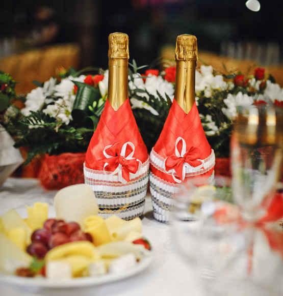 Декор бутылки шампанского из лент.