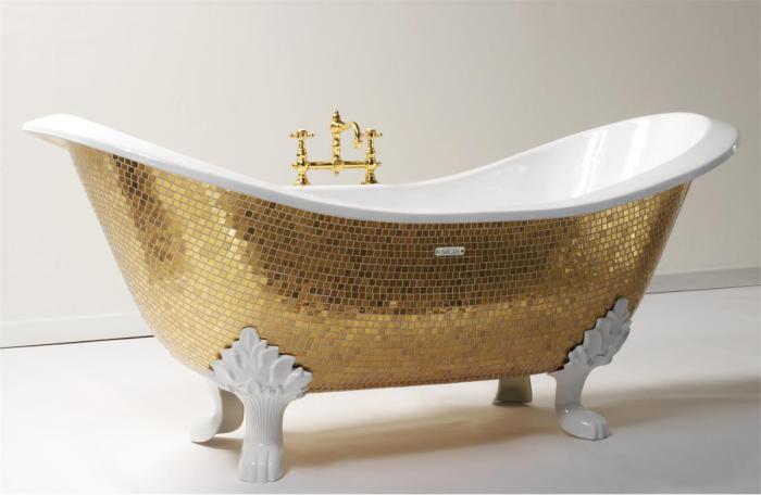 Ванна, декорированная золотой мозаикой.
