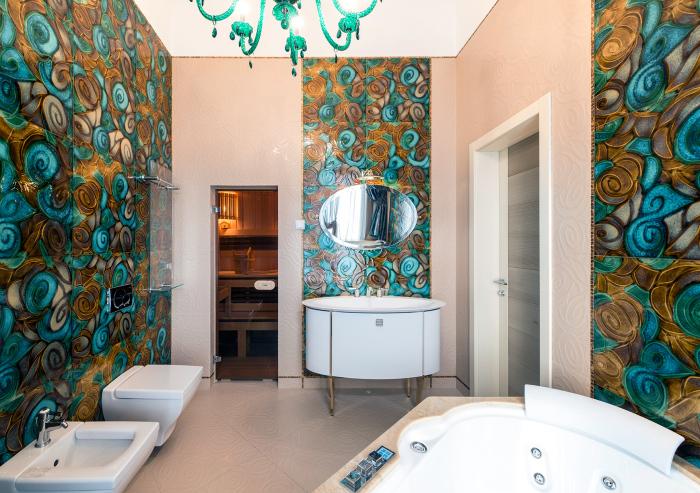 Сочетание коричневого и голубого в отделке ванной.
