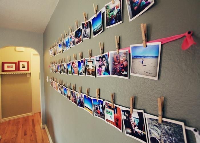 Стена, заполненная фотографиями.