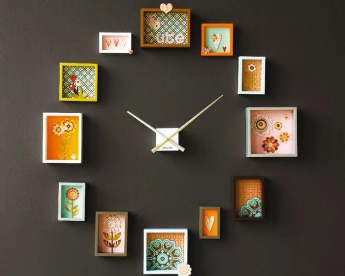 Декоративные часы, украшенные остатками обоев.