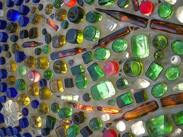 Бутылки в бетонной стене.