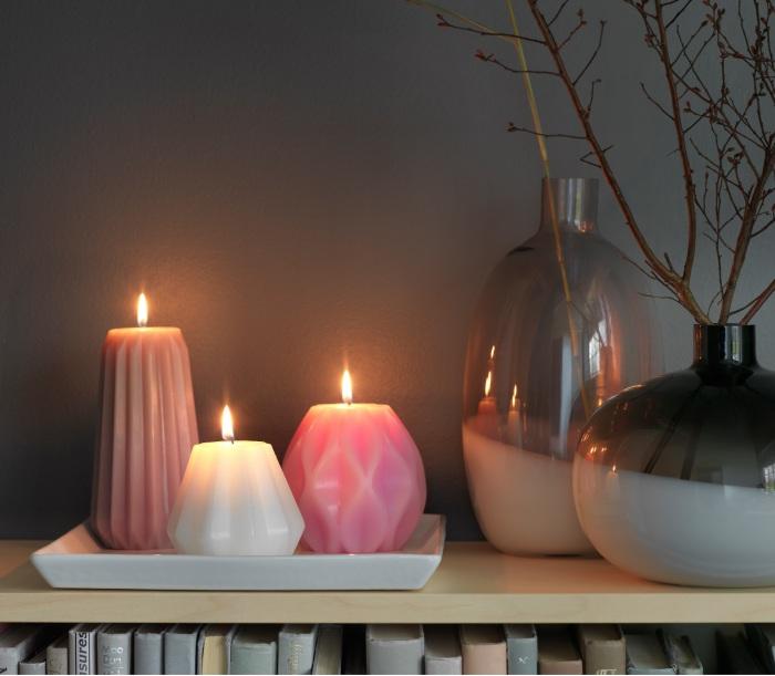 Свечи на тарелке вместо камина.
