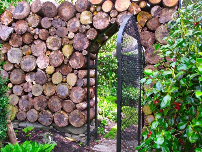 Забор из дерева и металла.