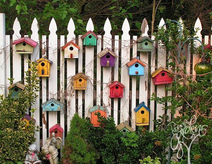 Дачный забор, украшенный скворечниками.