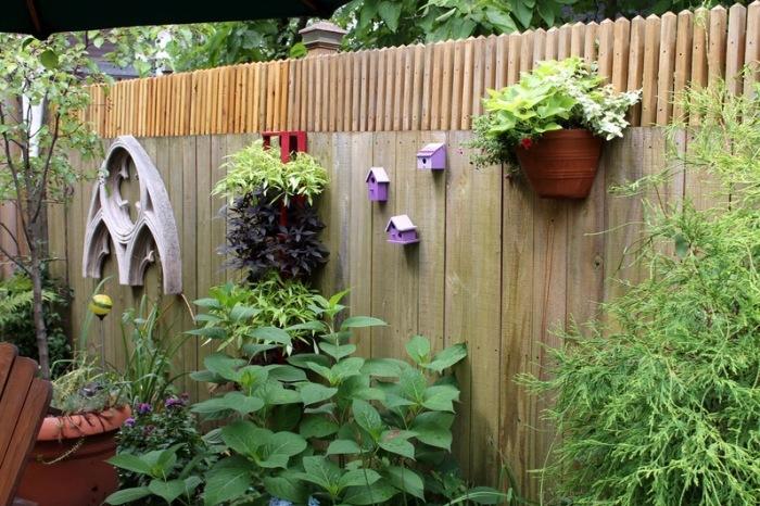 Забор, украшенный симпатичными вещами.