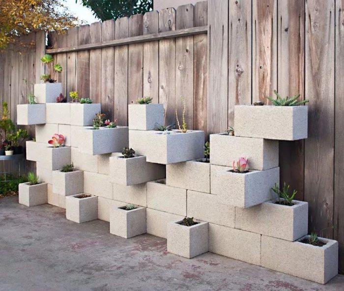 Бетонные блоки для украшения забора.