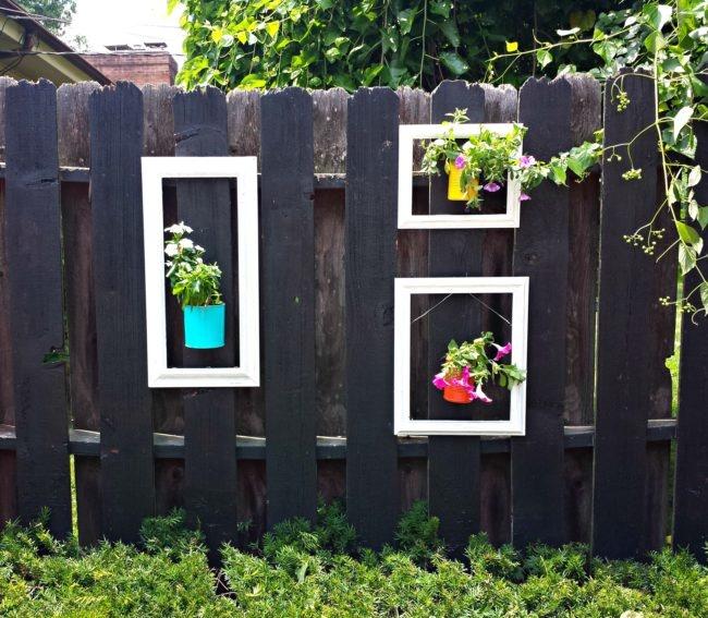 Цветы для украшения ограждения.