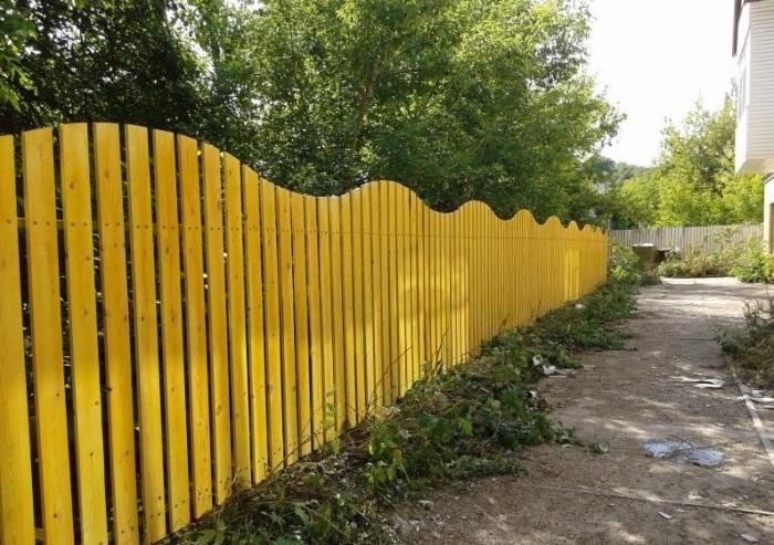 Дачный забор необычной формы.