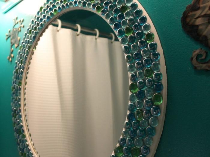 Декоративные камешки для аквариума приклеены на зеркало.