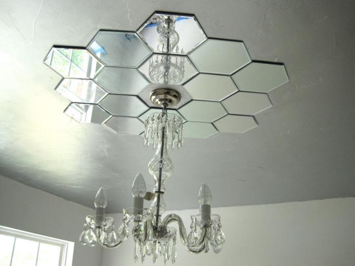 Частичный декор потолка зеркалами.