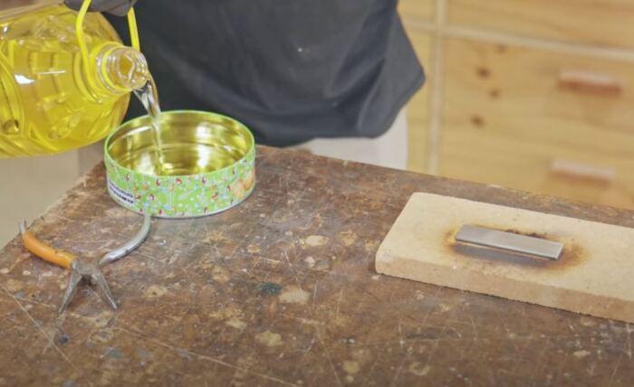 Хорошо показывает себя подсолнечное масло. /Фото: youtube.com.