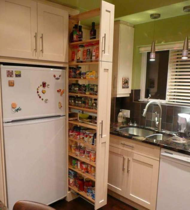 Даже между холодильником и шкафом можно поставить вот такое.
