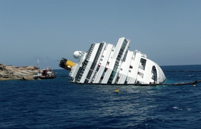 Почему при кораблекрушении люди гибнут, ведь многие умеют плавать и могут держаться на воде