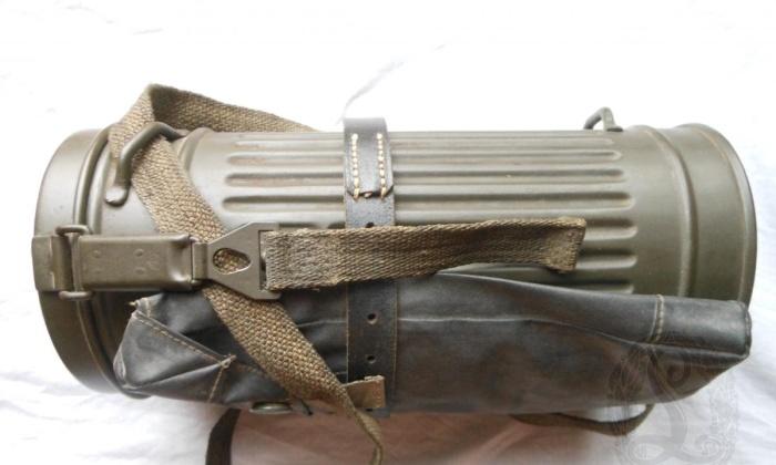 Бак и сумка с противоипритной накидкой. /Фото: fjm44.com.